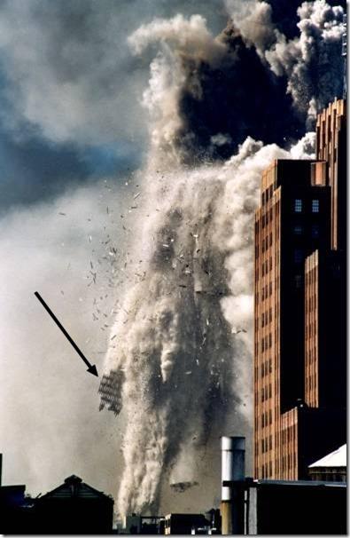 Ytre bærekonstruksjon forstøves i frittfall - Tvillingtårnene WTC