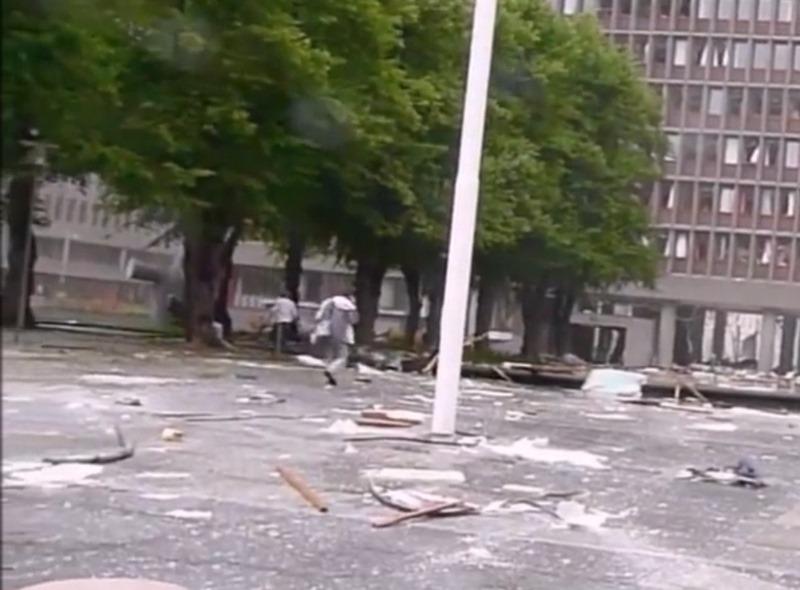 En ørlite uheldig bombemann nummer to – ble filmet av forbipasserende og forsøkte å gjemme seg bak et tre