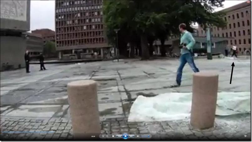 Mannen i den hvite genseren på vei mot bilen filmet fra enden av Y-blokka