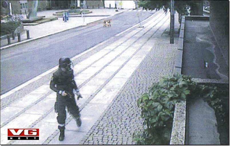 Her løper Breivik vekk fra bombebilen