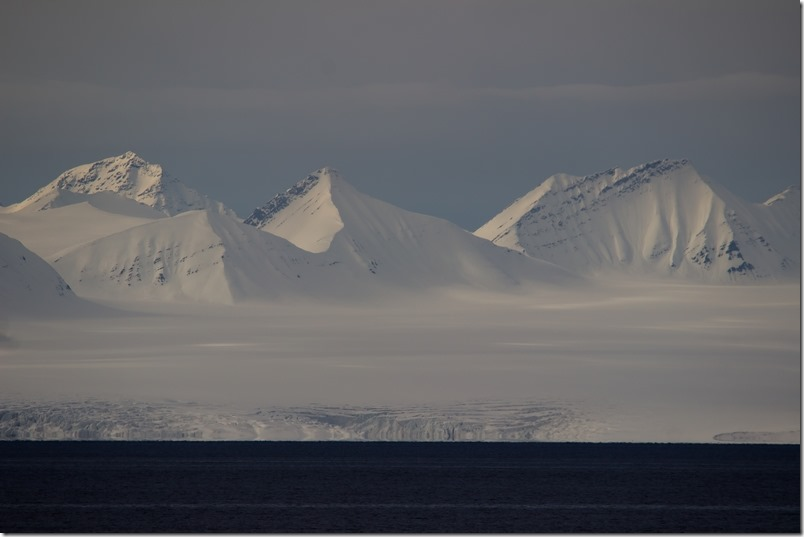 Fjell i sollys Svalbard (1 of 1)