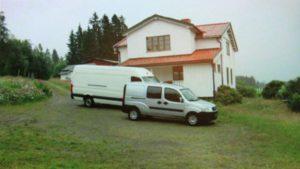 Leiebilene fra AVIS parkert på Vålstua Gård.