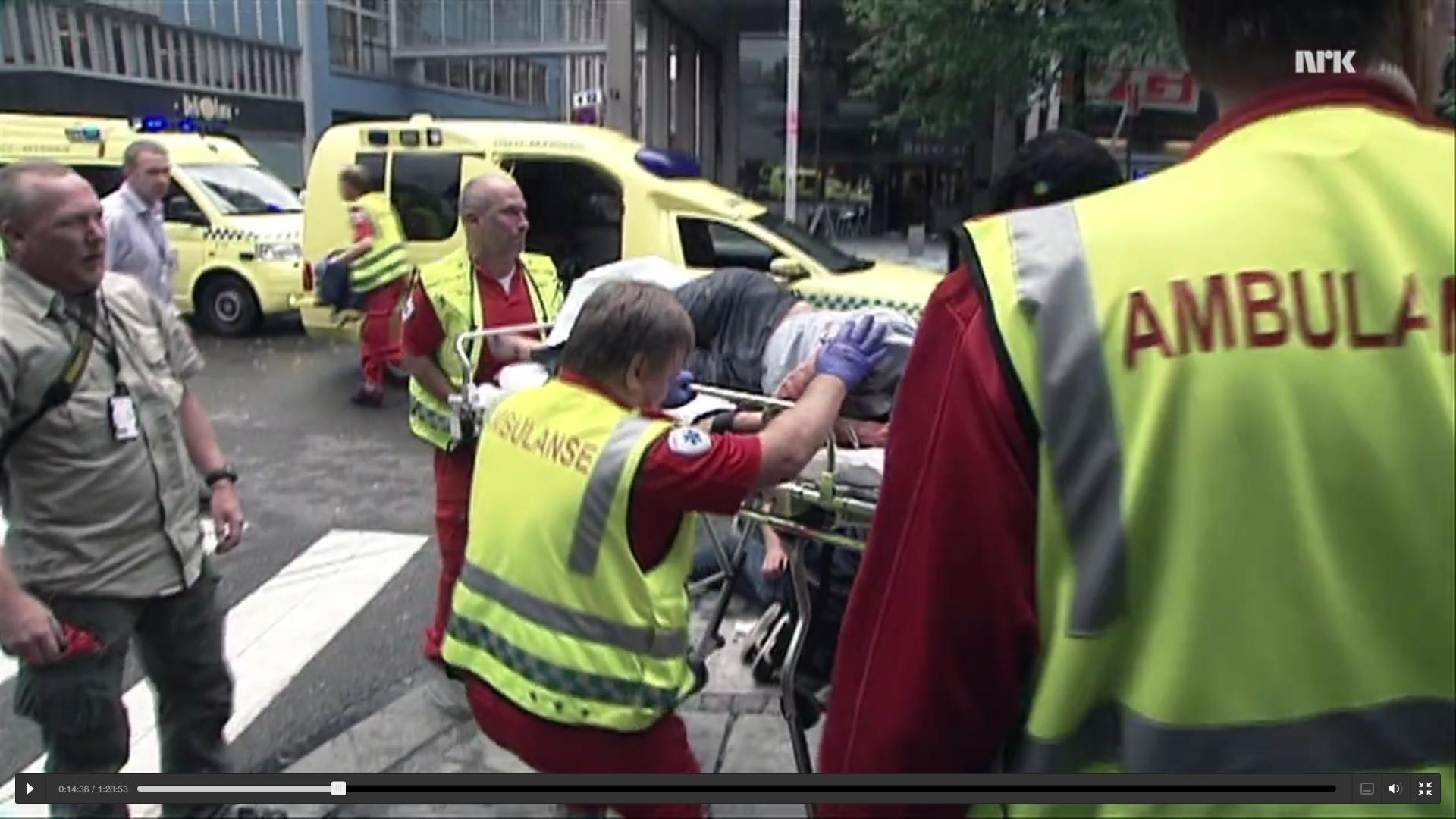 Espen Naumann med tjenestekortet hengende rundt halsen mens Mirakeljenta blir tatt hånd om av ambulansepersonell.