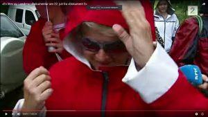 """TV2 filmer Gro Harlem Brundtland på vei mot MS Thorbjørn den 22. juli 2011 på vei til Utøya. Bildet er sakset fra Dokument 2-programmet """"En liten øy verden"""". https://www.youtube.com/watch?v=97YmSpuhyq0"""