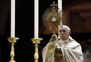 Pave Fransis er jesuitt og soltilbeder. Symbolet han holder viser sola og solkorset. Bilde: Ukjent